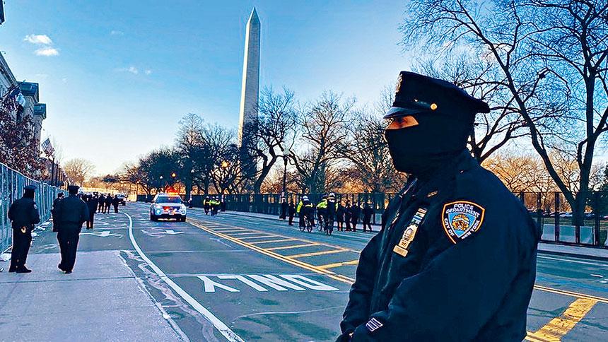 派遣至華府協助維安的市警200名成員中,一名警員確診新冠,同車一人被感染,全車23人目前盡數隔離中。NYPD