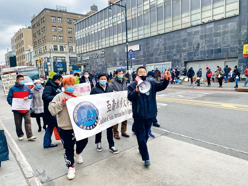 亞裔維權大聯盟再次於緬街抗議遊行,陳善莊(講話者)對無動於衷的路人感到痛心。