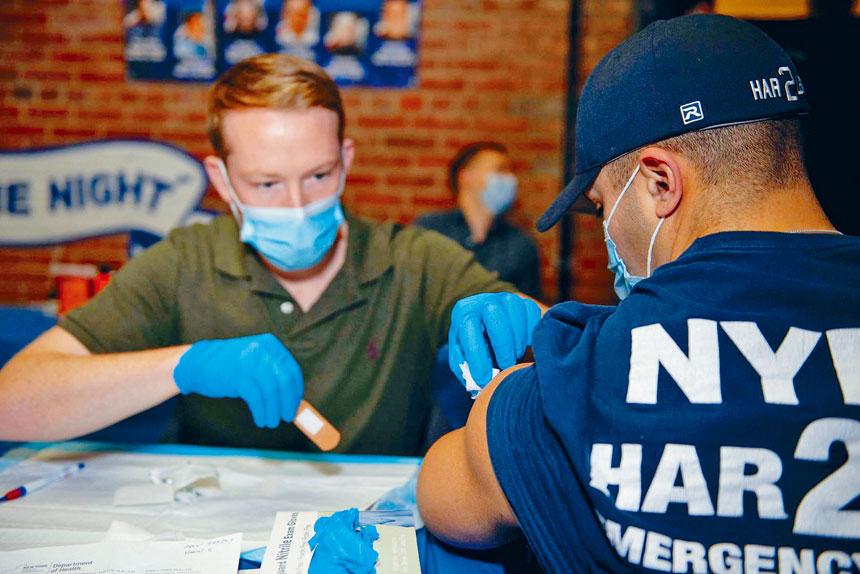 一名市警成員上周接種首劑新冠疫苗。 市警提供