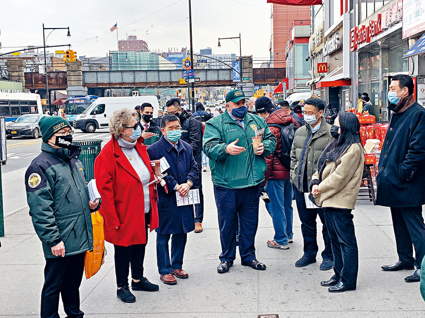 紐約市清潔局局長格里森走訪法拉盛商業區,與顧雅明等在緬街視察人行道垃圾與商家交流聽意見。