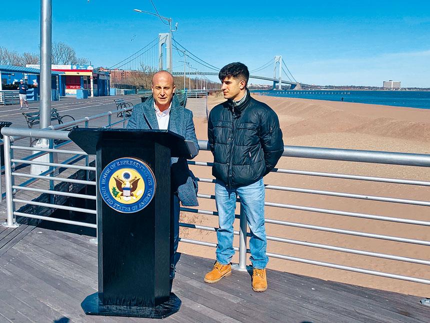 前國會議員羅斯(左)。圖片來自羅斯推特