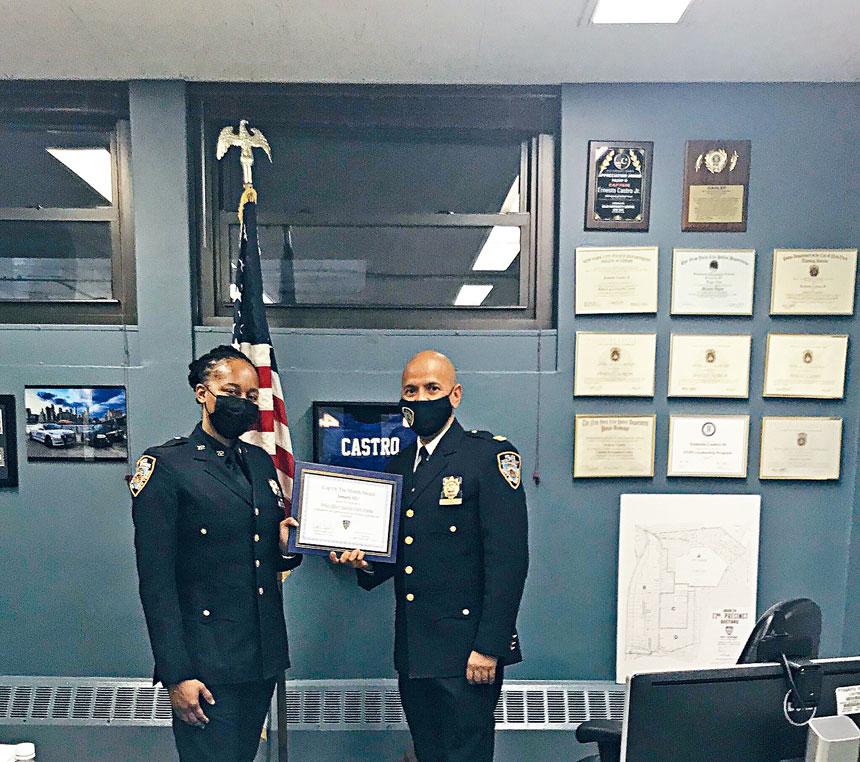 局長卡斯特羅警監頒發傑出警員獎給警微柯絲。