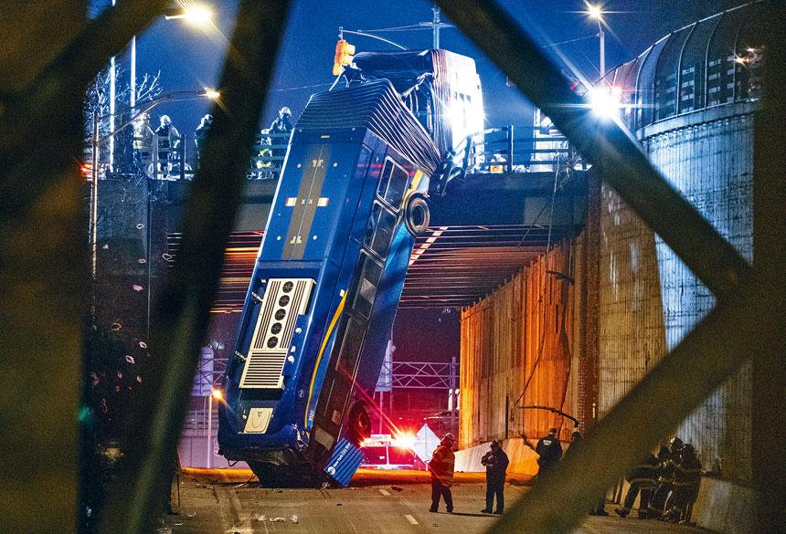 巴士直墮下方50呎路面,共有8人受傷。美聯社