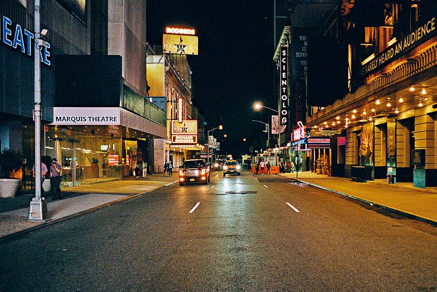 柯謨直言:沒有百老匯,紐約市就不是紐約市。圖為百老匯冷清街頭。Daniel Arnold/紐約時報