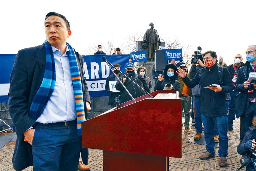 楊安澤上周宣布競選紐約市長後,馬不停蹄四出拉票。James Estrin/紐約時報