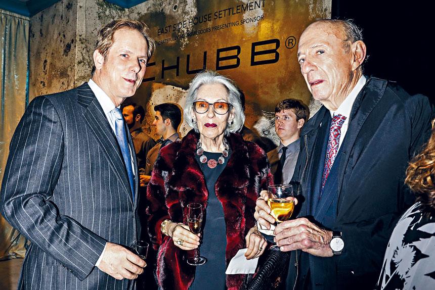 托伯(右)與妻子(中)是著名大慈善家;照片攝於2017年的晚會派對。Krista Schlueter/紐約時報