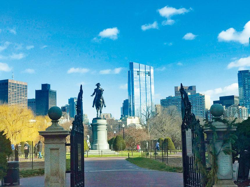 波士頓公園經常是無家可歸者的棲息場所。溫友平攝