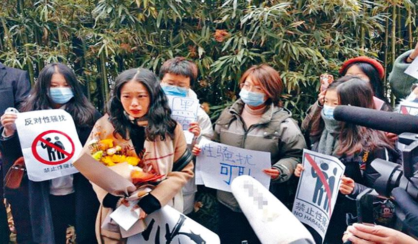 北京海澱區一家法院開庭審理央視某著名主持人性騷擾案。圖片來自互聯網