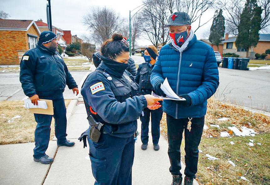 芝市警與社區組織分發傳單要民眾提高警惕心,避免成為受害人。