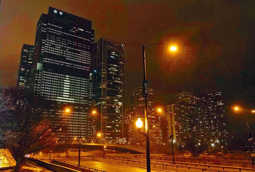 芝加哥的官民各界緬懷全美新冠狀病毒疫情的紀念儀式,19日下午6時正熄燈默哀十分鐘,藉此緬懷因新冠狀病毒失去的生命的人們。