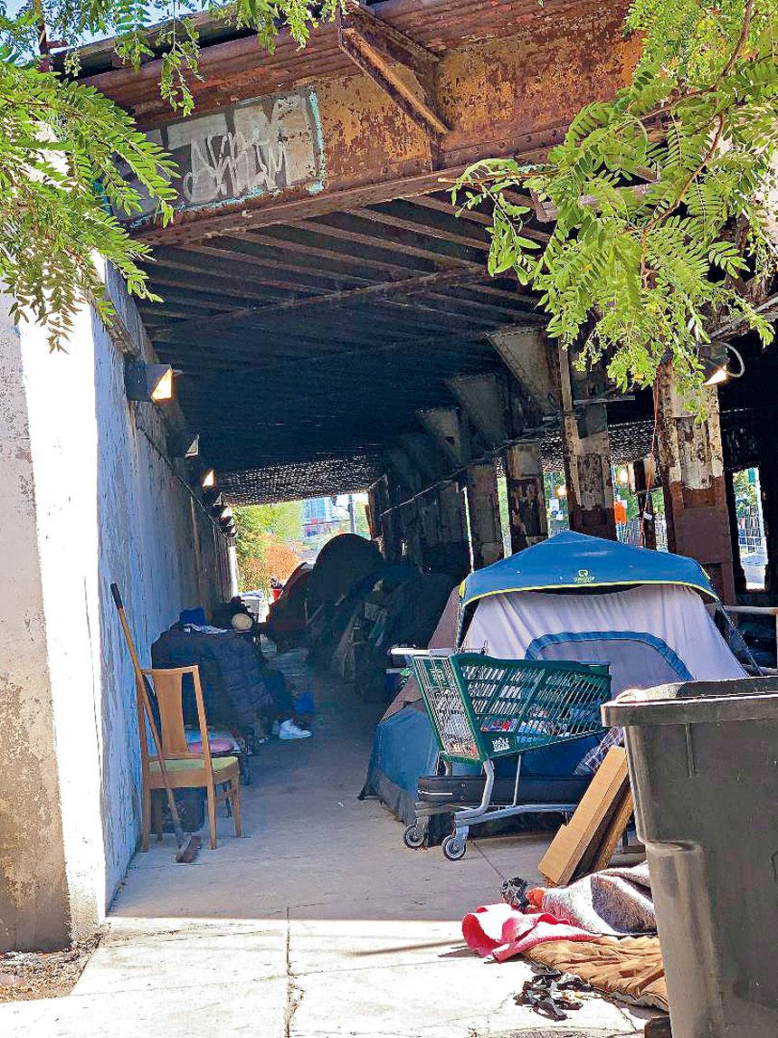 常年霸佔居住在雅珠街橋墩下的遊民,造成社區的寧亂與不安全。梁敏育攝