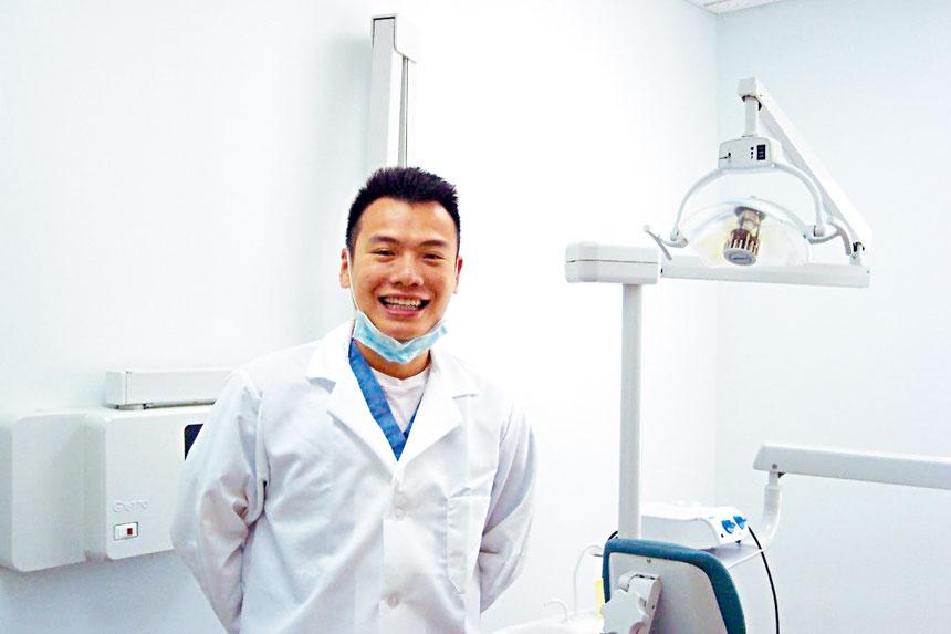 何嘉庭牙醫師攝於診所內。