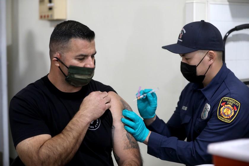 洛杉磯消防員去年底開始接種疫苗。洛杉磯時報