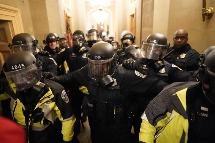1月6日的國會山莊暴亂歷歷在目。洛杉磯時報