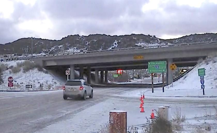 5號高速公路葡萄藤路段因週一下雪而被暫時關閉。KTLA