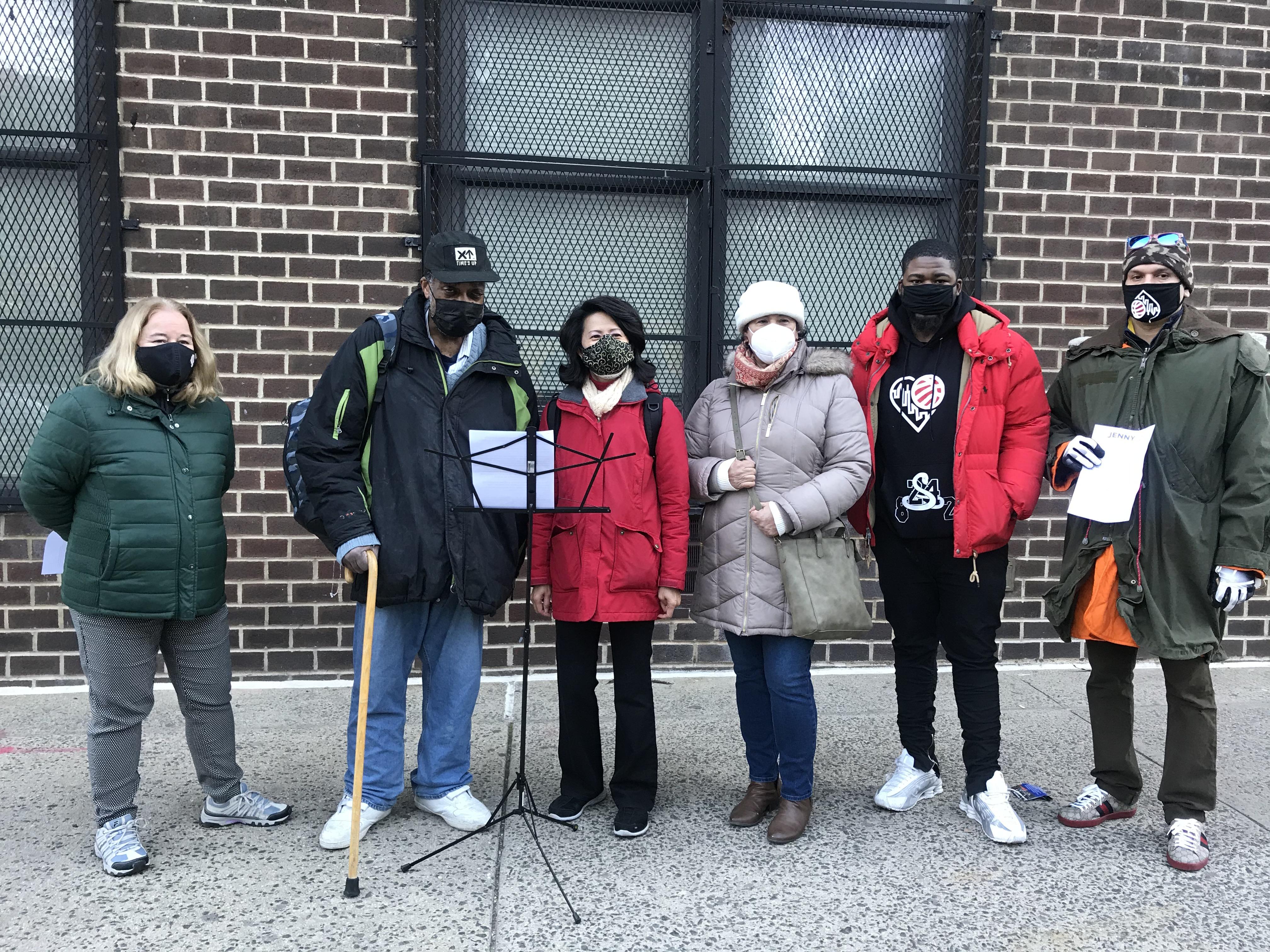 劉林劍虹與政府樓的居民及耆老要求政府提供疫苗時也須提供多種語言。