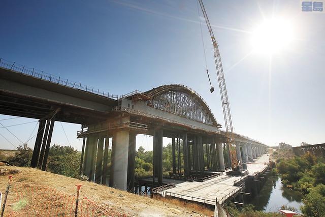 圖為2019年10月所攝建設中的跨越聖華昆河的高鐵高架橋。美聯社資料圖片
