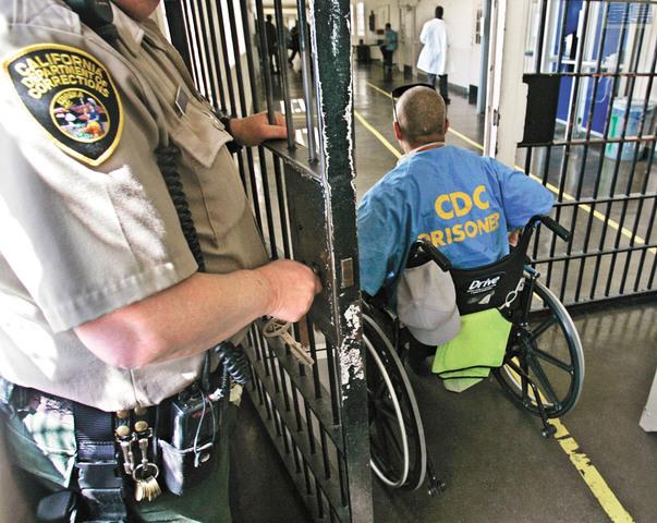 代表加州囚犯的律師呼籲官員安排部分囚犯提前施打新冠疫苗,認為有助監獄防疫,也有助紓緩醫院負擔。美聯社