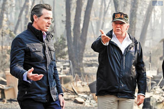 特朗普四年執政對加州影響深遠,圖為2018年11月17日他在時任候任州長紐森(左)陪同下視察北加州天堂鎮山火災區。美聯社資料圖片