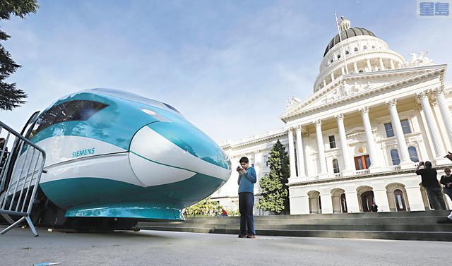 圖為樣板高鐵列車2015年2月在州府沙加緬度展示。美聯社資料圖片