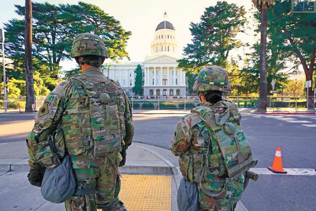 總統就職前後,加州出動國民警衛軍保護州府。美聯社