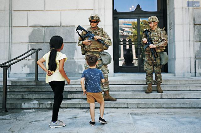 加州州長紐森已動員1000名國民警衛軍待命。美聯社資料圖片
