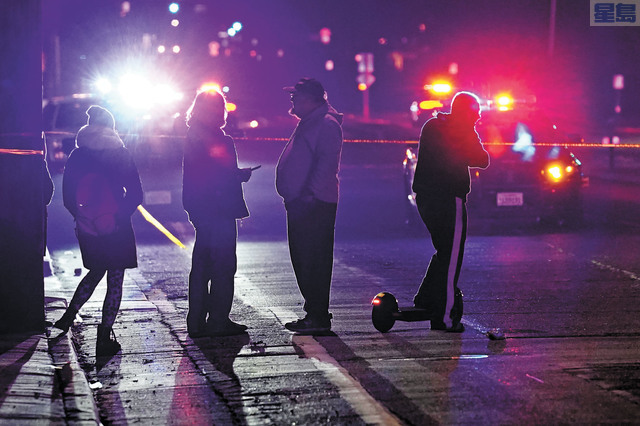 警方封鎖案發現場,附近居民在旁觀察。美聯社
