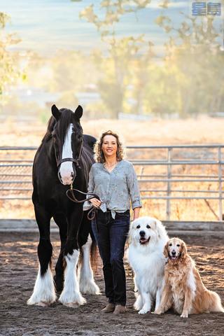 洛杉磯動物護理與控制中心主任梅耶達與寵物們合影。官網