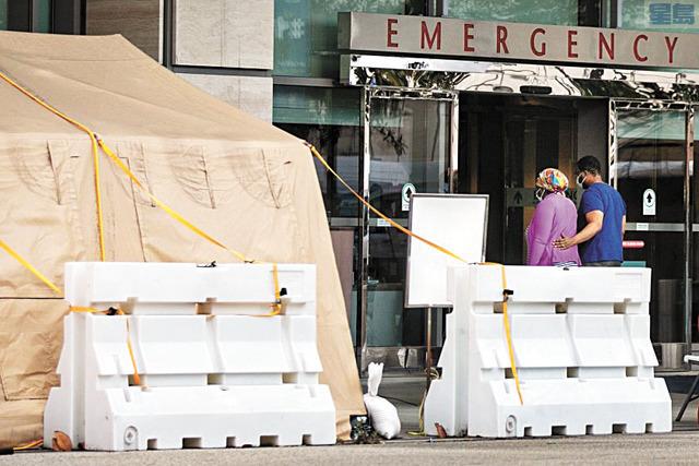 洛杉磯加大醫學中心急診室外搭起帳篷以擴大醫療空間。洛杉磯時報