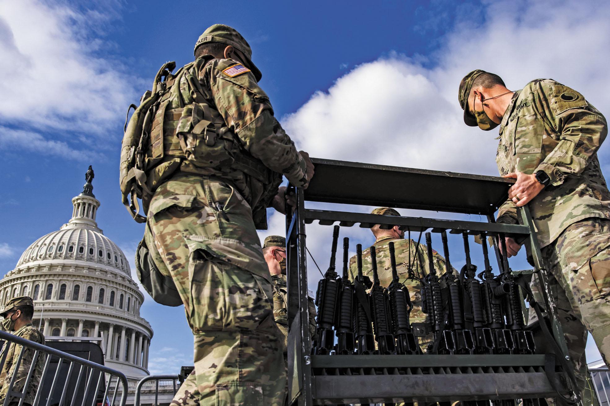 國民警衛隊士兵在國會大廈前準備分發M4步槍。法新社