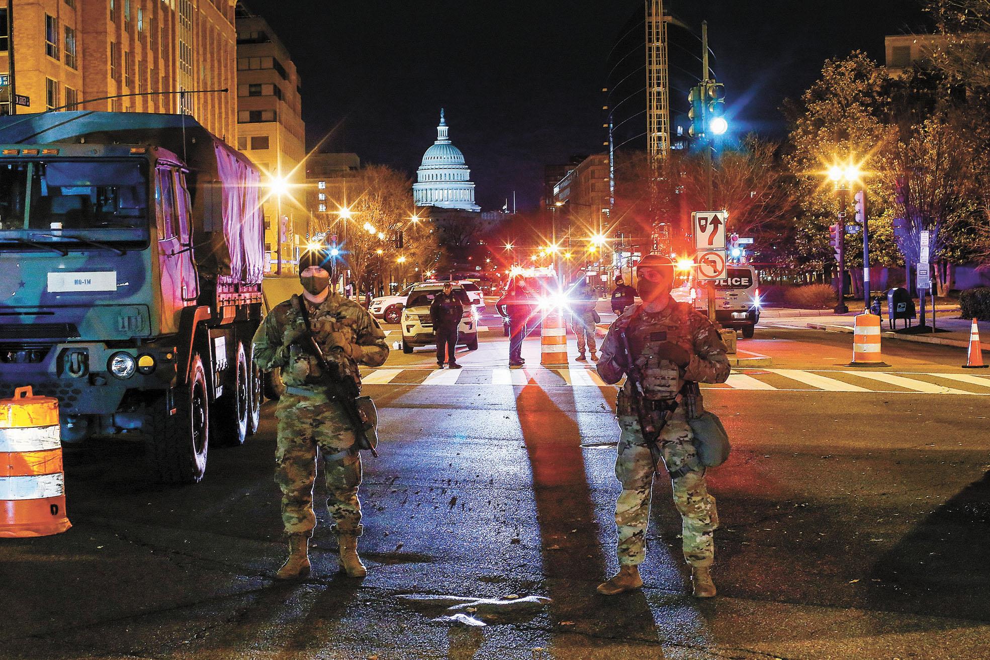 入夜後也有警衛隊成員在國會大廈附近守衛。路透社