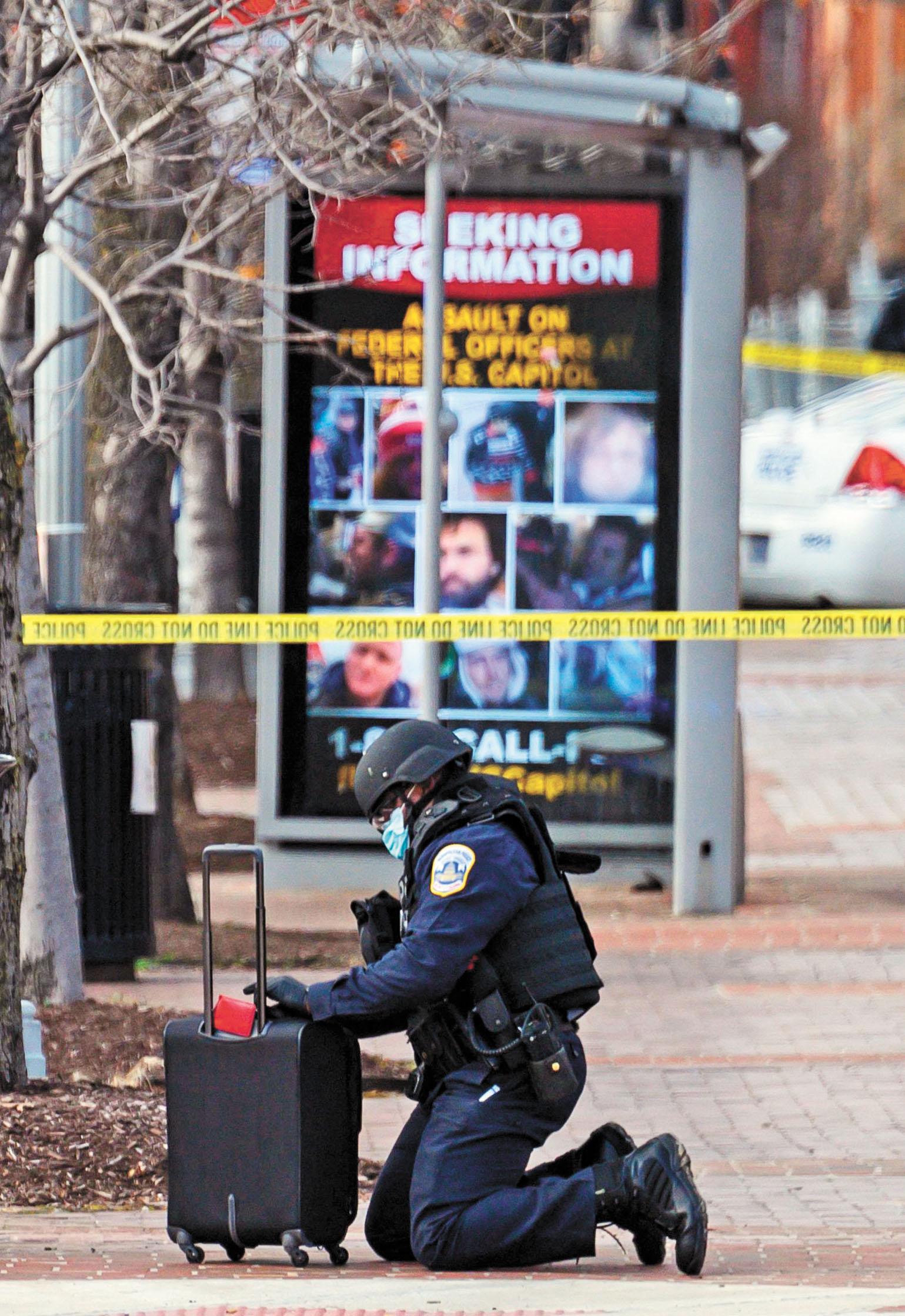 防爆小組隊員在華盛頓特區檢查可疑包裹。法新社