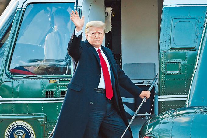 特朗普在白宮登上陸戰隊一號直升機,揮手道別。