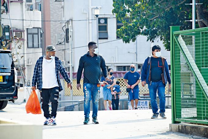 橫台山有不少南亞裔人士聚居,部分欠缺防疫意識,出入時拉下口罩。