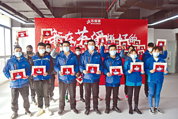 浙江義烏企業為留下過年的員工拍照,寄回家鄉。