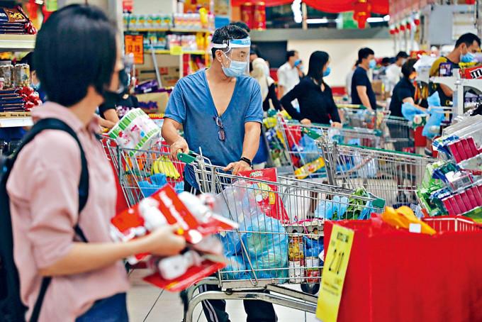 大馬民眾昨天在吉隆坡一間超市排隊付款。