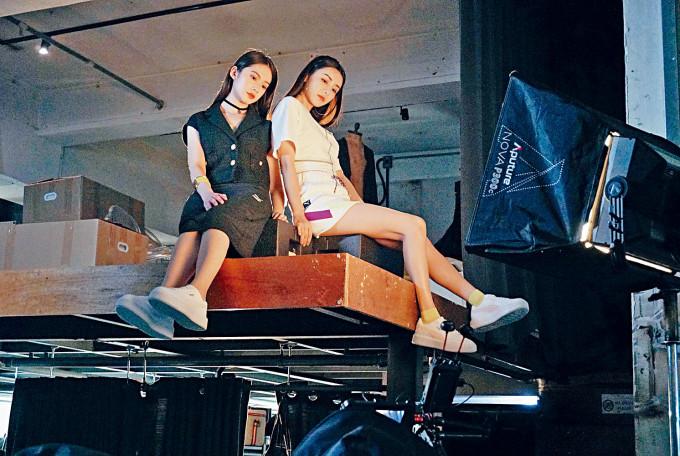 陳欣妍、雲浩影齊開工,要坐到閣樓邊緣拍片。