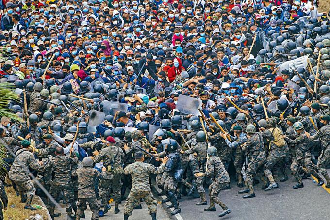 企圖向美國進發的洪都拉斯人,周日與危地馬拉士兵爆發衝突。