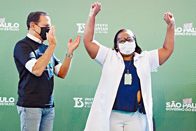 巴西聖保羅市護士卡拉桑斯,周日接種科興疫苗後歡呼。