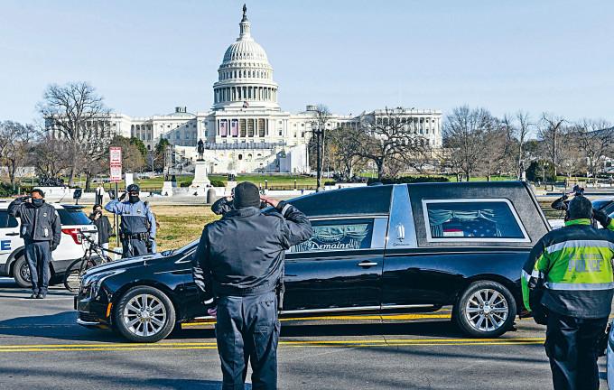 載着國會殉職警察西肯尼克靈柩的靈車,周日駛過國會山莊,當值警察向靈車敬禮。