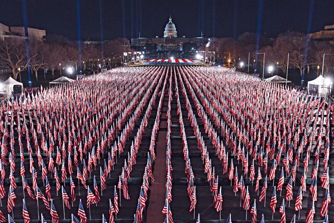 華盛頓國家廣場周一已見旗海飄揚,二十萬支國旗代表疫情下無法參加拜登就職禮的美國人。