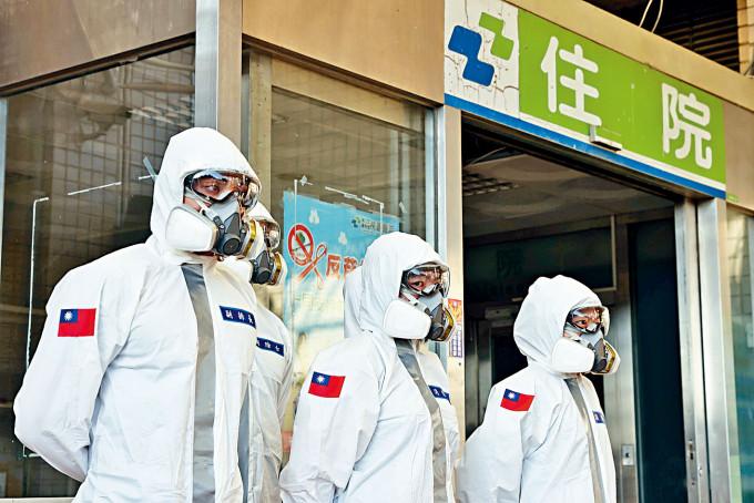 防疫人員昨天到台灣桃園醫院消毒。