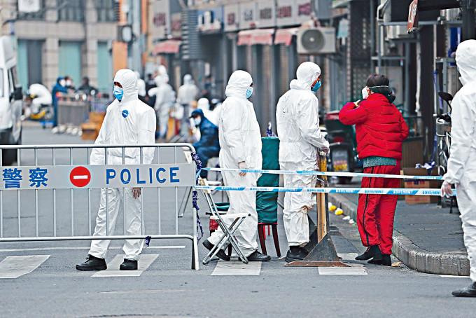 上海有住宅區因疫情被封鎖。