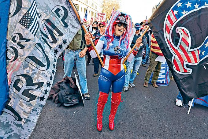 示威者上月持「匿名者Q」旗幟,在華府抗議大選結果。