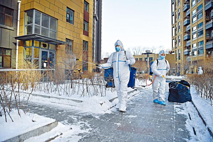 吉林長春封鎖多個屋苑,防疫人員全面消毒。