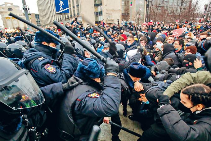 防暴警察上周六在莫斯科與支持納瓦爾尼的示威者爆發衝突。