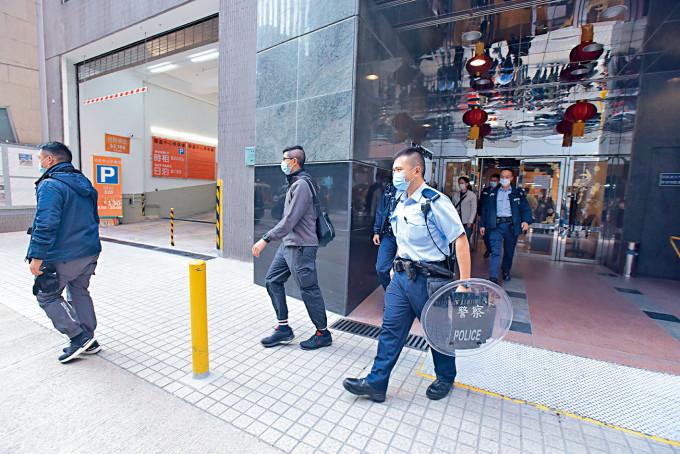 女商人被劫三百五十萬元,警員持盾牌上樓調查。