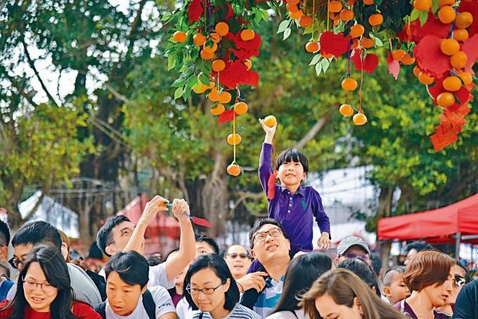 新春期間,不少市民都會到大埔林村向許願樹掟寶牒。