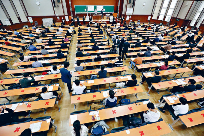 在東京應考大學入學共同考試的學生,按社交距離就座。