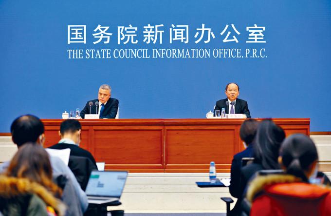 寧吉喆(右)預計,中國將成為全球唯一經濟正增長的主要經濟體。